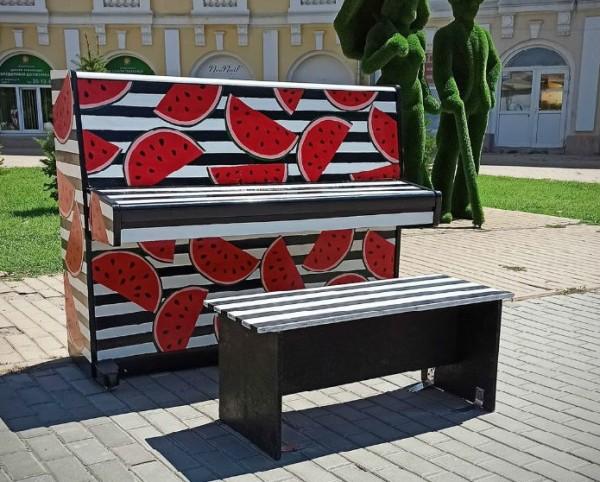В центре Астрахани установили полосатое пианино в арбузах